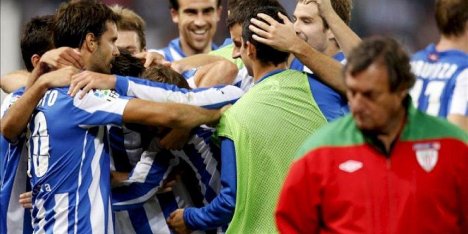 Los jugadores de la Real Sociedad celebran uno de los goles frente al Athletic durante el partido correspondiente a la sexta jornada de la Liga de Primera División disputado en el estadio de Anoeta de San Sebastián. EFE