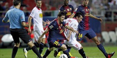 El delantero argentino del Barcelona Leo Messi (c) se marcha del centrocampista chileno del Sevilla Gary Medel (2d), durante el partido correspondiente a la sexta jornada de la Liga de Primera División disputado en el estadio Sánchez Pizjuán de Sevilla. EFE