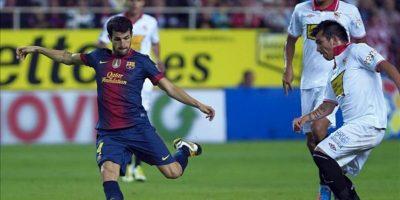 El centrocampista del Barcelona Cesc Fàbregas (i) dispara para hacer el primer gol de su equipo ante la presión del centrocampista chileno del Sevilla Gary Medel (d), durante el partido correspondiente a la sexta jornada de la Liga de Primera División disputado en el estadio Sánchez Pizjuán de Sevilla. EFE