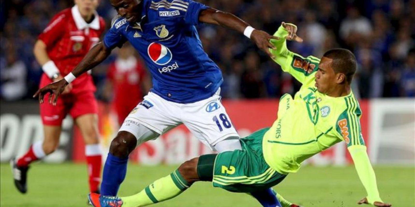 El jugador Artur (d) del brasileño Palmeiras disputa un balón con Wason Rentería del colombiano Millonarios este 23 de octubre, en un partido de vuelta de los octavos de final de la Copa Sudamericana 2012 en Bogotá (Colombia). EFE