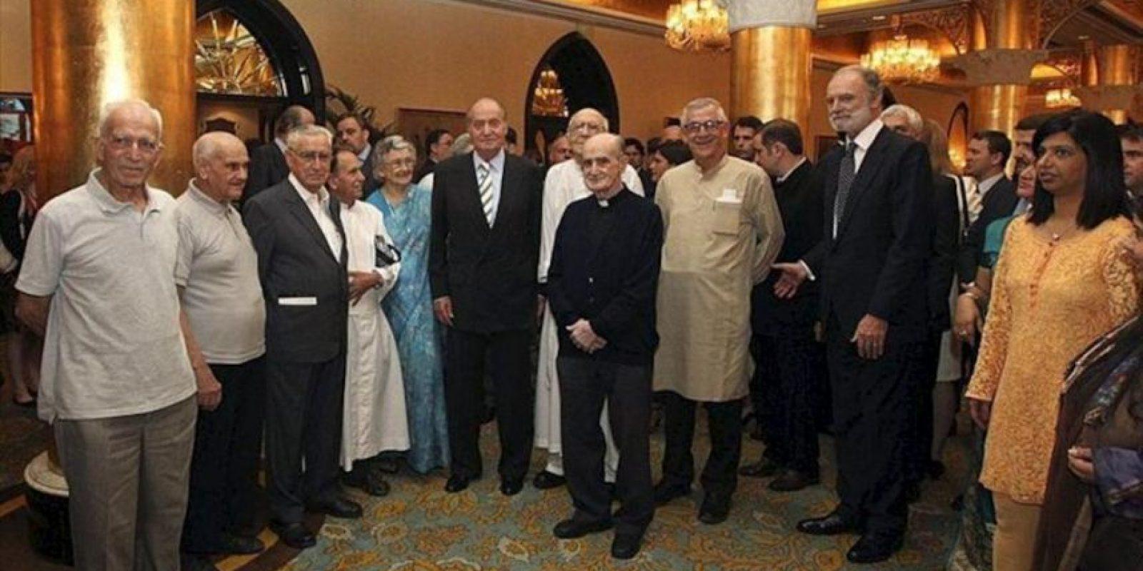 Fotografía facilitada por la Casa de S.M. el Rey, de don Juan Carlos, durante la recepción a unos 200 representantes de la colonia de residentes españoles en Bombay, donde el monarca inicia hoy una visita oficial a la India que también le llevará a Nueva Delhi. EFE