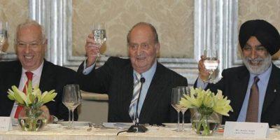 El rey Juan Carlos, junto al ministro de Asuntos Exteriores, José Manuel García-Margallo (i), y el empresario indio Analjit Singh (d), durante el brindis al término del discurso del monarca, en el almuerzo con empresarios indios y españoles en Bombay, dentro de la visita oficial de don Juan Carlos a la India para impulsar la presencia empresarial española en un mercado que supera los 1.200 millones de habitantes. EFE