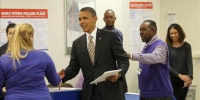 El presidente de los Estados Unidos, Barack Obama (c), llega a votar por adelantado para las proximas elecciones presidenciales este 25 de octubre, en el vecindario de Bronzeville en el centro comunitario Martin Luther King de Chicago (EE.UU.). EFE