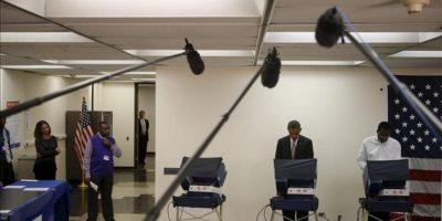 El presidente de los Estados Unidos, Barack Obama (c), deposita su voto por adelantado para las proximas elecciones presidenciales este 25 de octubre, en el vecindario de Bronzeville en el centro comunitario Martin Luther King de Chicago (EE.UU.). EFE