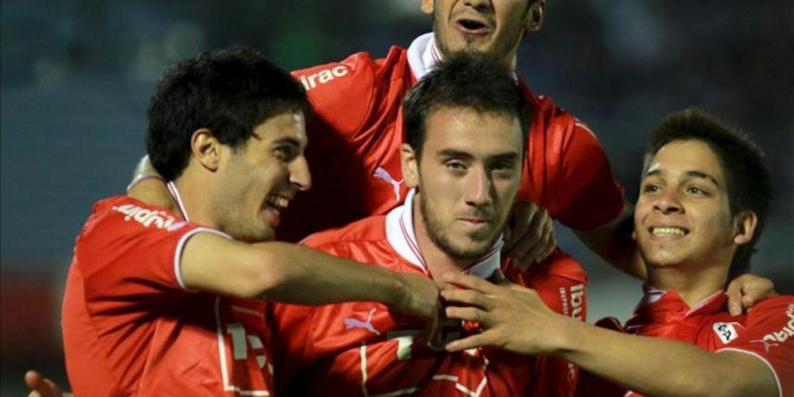 Los jugadores de Independiente de Argentina celebran un gol ante Liverpool de Uruguay durante un partido por la Copa Sudamericana en el estadio Centenario en Montevideo. EFE