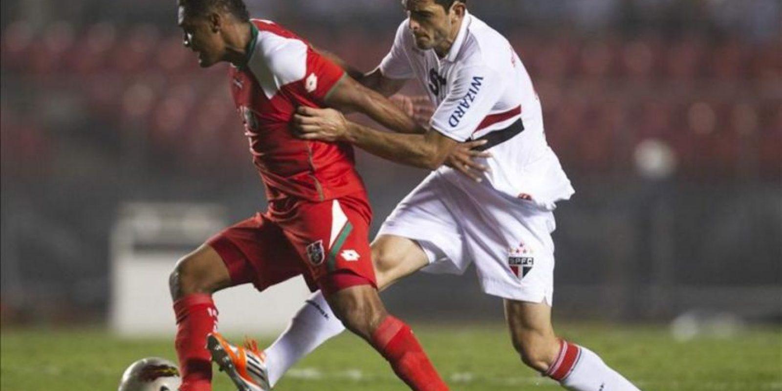 El jugador Fabio Renato (i) de Liga Deportiva Universitaria de Loja lucha por el balón con Rhodolfo (d) de Sao Paulo el pasado 24 de octubre, en un partido por los octavos de final de la Copa Sudamericana, en el estadio de Morumbi en Sao Paulo (Brasil). EFE