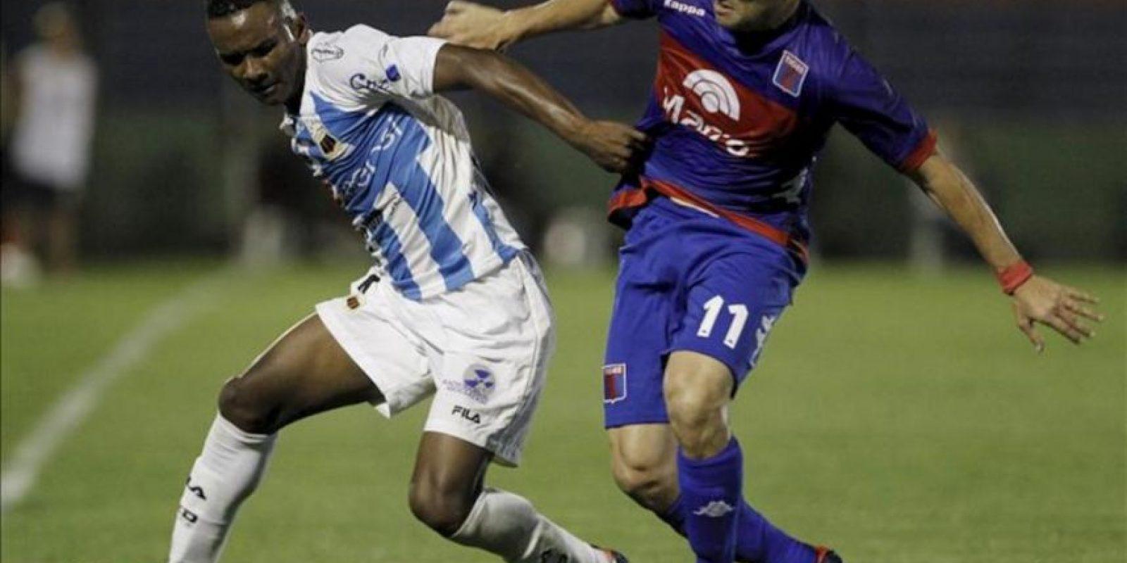 Pedro Velasco (i) de Deportivo Quito de Ecuador y Ramiro Leone (d) de Tigre de Argentina luchan por el balón durante el encuentro que juegan por la Copa Sudamericana en el estadio Estadio José Dellagiovanna. EFE