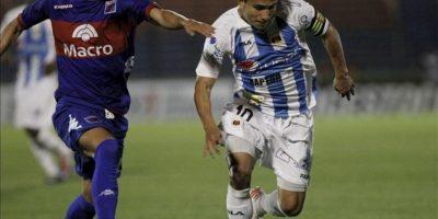 Luis Saritama (d) del Deportivo Quito de Ecuador y Ángel Díaz (i) de Tigre de Argentina luchan por el balón durante el encuentro que juegan por la Copa Sudamericana en el estadio Estadio José Dellagiovanna. EFE
