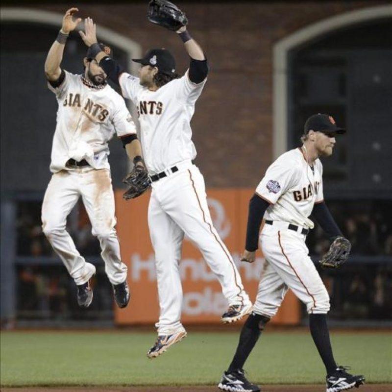De i a d, los jugadores de los Gigantes de San Francisco Angel Pagan, Brandon Crawford y Hunter Pence celebran después de vencer a los Tigres de Detroit en el segundo juego de la Serie Mundial en el AT&T Park en San Francisco. EFE