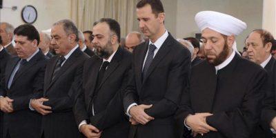 """Fotografía distribuida por la agencia de noticias Sana que muestra al presidente sirio, Bashar al-Assad (2-d), durante los rezos del """"Eid al-Adha"""" o Fiesta de Sacrificio en la mezquita al-Afram situada en la zona de al-Muhajirin en Damasco, Siria, hoy, viernes 26 de octubre. EFE"""