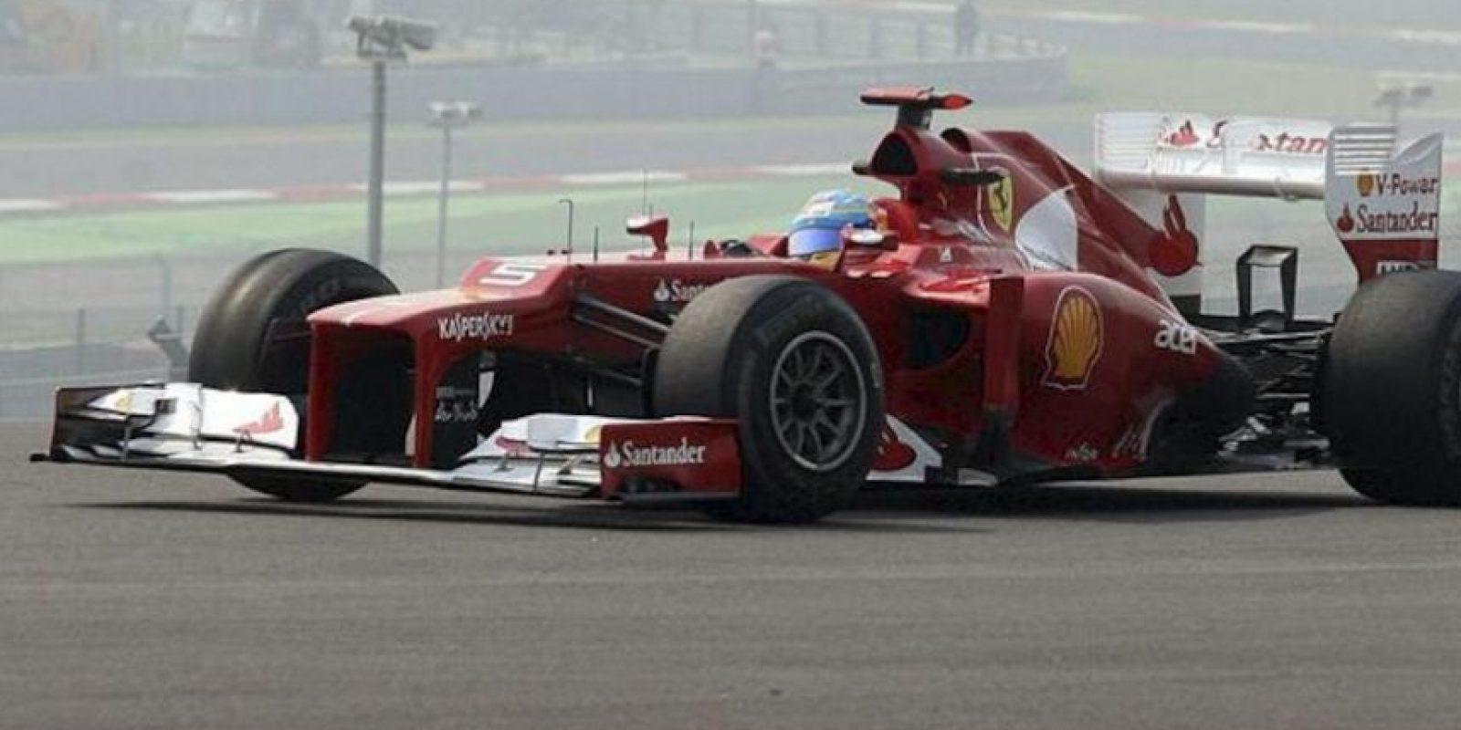 El piloto español de Fórmula Uno Fernando Alonso, de Ferrari, conduce su monoplaza durante la primera sesión de entrenamientos libres en el circuito internacional de Buddh a las afueras de Nueva Delhi (India) hoy, viernes 26 de octubre de 2012. EFE