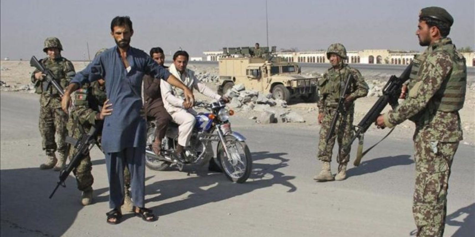 Soldados registran coches con motivo de la celebración del Eid al-Adha en Jalalabab (Afganistán) hoy, viernes 26 de octubre. EFE