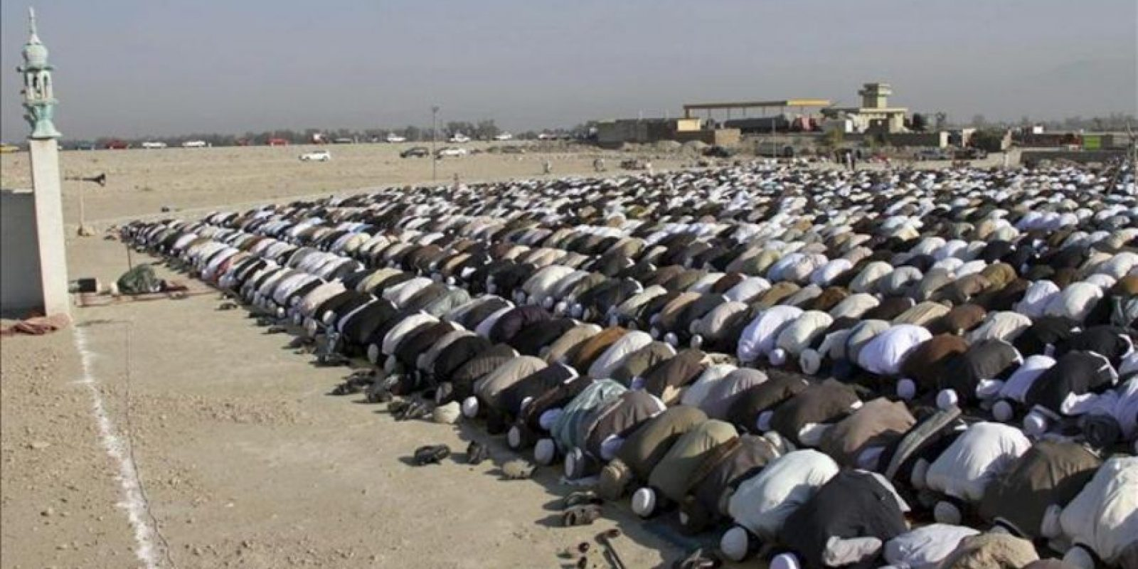 Musulmanes rezan con motivo de la celebración del Eid al-Adha en una mezquita en Jalalabab (Afganistán) hoy, viernes 26 de octubre. EFE