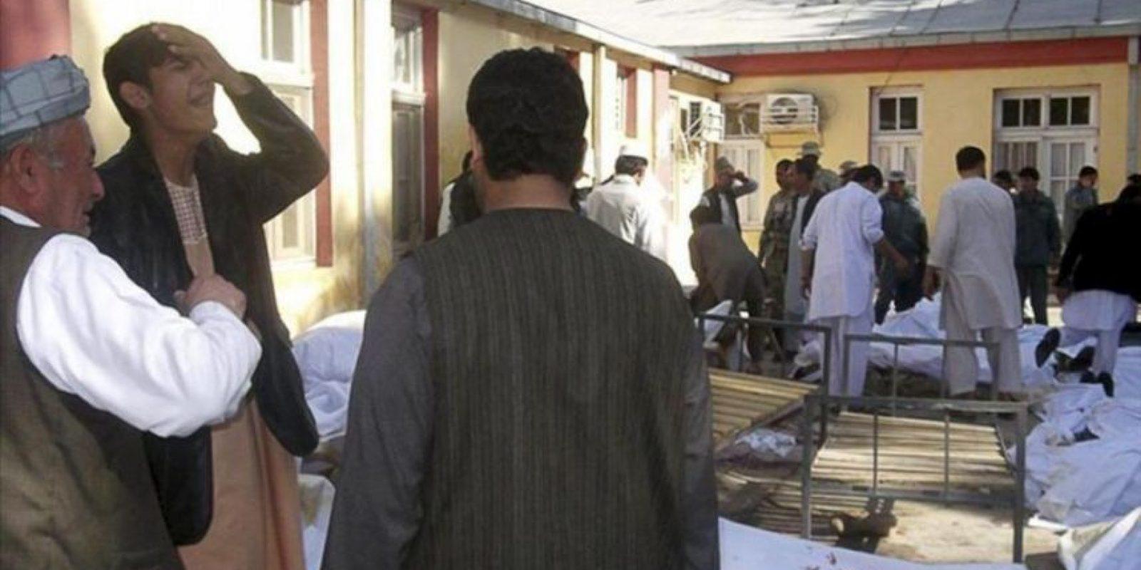 Familiares lloran junto a los cadáveres de las víctimas de un atentado suicida en Maymana, en la provincia afgana de Faryab, hoy, viernes 26 de octubre. EFE