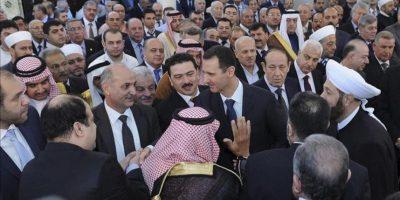 """Fotografía distribuida por la agencia de noticias Sana que muestra al presidente sirio, Bashar al-Assad (c), quien hoy ha aparecido en público para participar en los rezos del """"Eid al-Adha"""" o Fiesta de Sacrificio en la mezquita al-Afram situada en la zona de al-Muhajirin en Damasco, Siria, hoy, viernes 26 de octubre. EFE"""