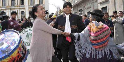 Fotografía cedida por la Agencia Boliviana de información del presidente de Bolivia, Evo Morales (c), mientras baila en la Plaza Murillo junto a funcionarios del Gobierno, legisladores y dirigentes de los sectores sociales y gente afín. EFE
