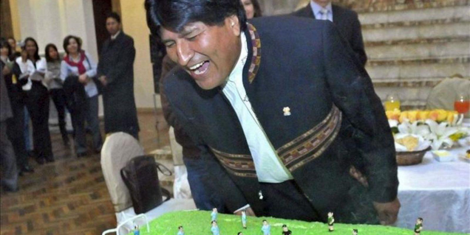 Fotografía cedida por la Agencia Boliviana de información del presidente de Bolivia, Evo Morales, mientras apaga las velas de una torta. EFE
