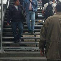 Ciudandanos saliendo de la estación de la Calle 100. Allí se registran daños en las escaleras.