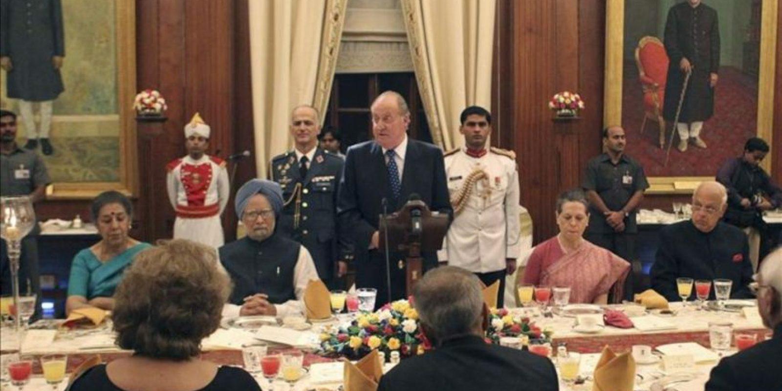 Fotografía facilitada por la Casa del Rey de don Juan Carlos, junto al primer ministro indio, Manmohan Singh (2i), durante el discurso que ha pronunciado en la cena que le ha ofrecido el presidente indio, Pranab Mujerjee, dentro de su visita oficial a la India. EFE