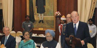 Fotografía facilitada por la Casa del Rey de don Juan Carlos, junto al primer ministro indio, Manmohan Singh (2d), y el ministro de Defensa, Pedro Morenés (i), durante su intervención en la cena que le ha ofrecido el presidente indio, Pranab Mujerjee, dentro de su visita oficial a la India. EFE