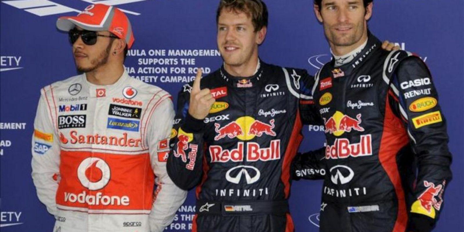 El piloto alemán de Red Bull Sebastian Vettel (c) posa con su compañero de equipo, el piloto australiano Mark Webber (d) y el británico Lewis Hamilton, de McLaren Mercedes, tras la ronda de clasificación del Gran Premio de la India de Fórmula Uno. EFE