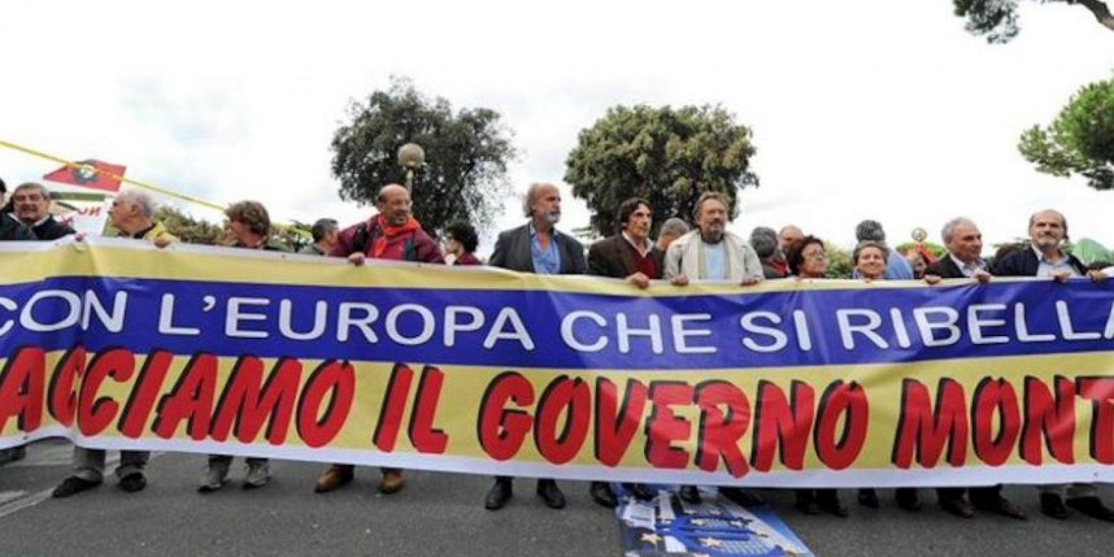 Manifestantes marchan contra los recortes en Roma. EFE