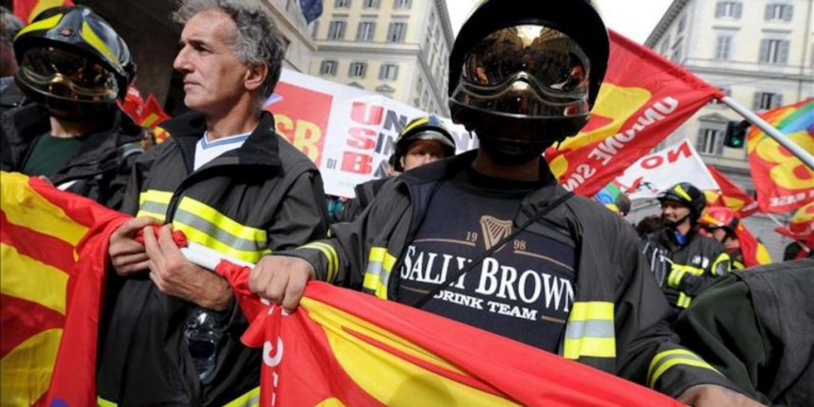 Bomberos italianos se manifiestan en Roma contra los recortes del gobierno de Mario Monti. EFE