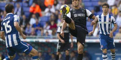 El delantero paraguayo del Espanyol Roque Santa Cruz (c) controla la pelota presionado por el defensa mexicano Héctor Moreno (i) y el centrocampista argentino Juan Daniel Forlín, ambos del Espanyol, durante el partido correspondiente a la novena jornada de la Liga de Primera División disputado en el estadio Cornellà-El Prat. EFE