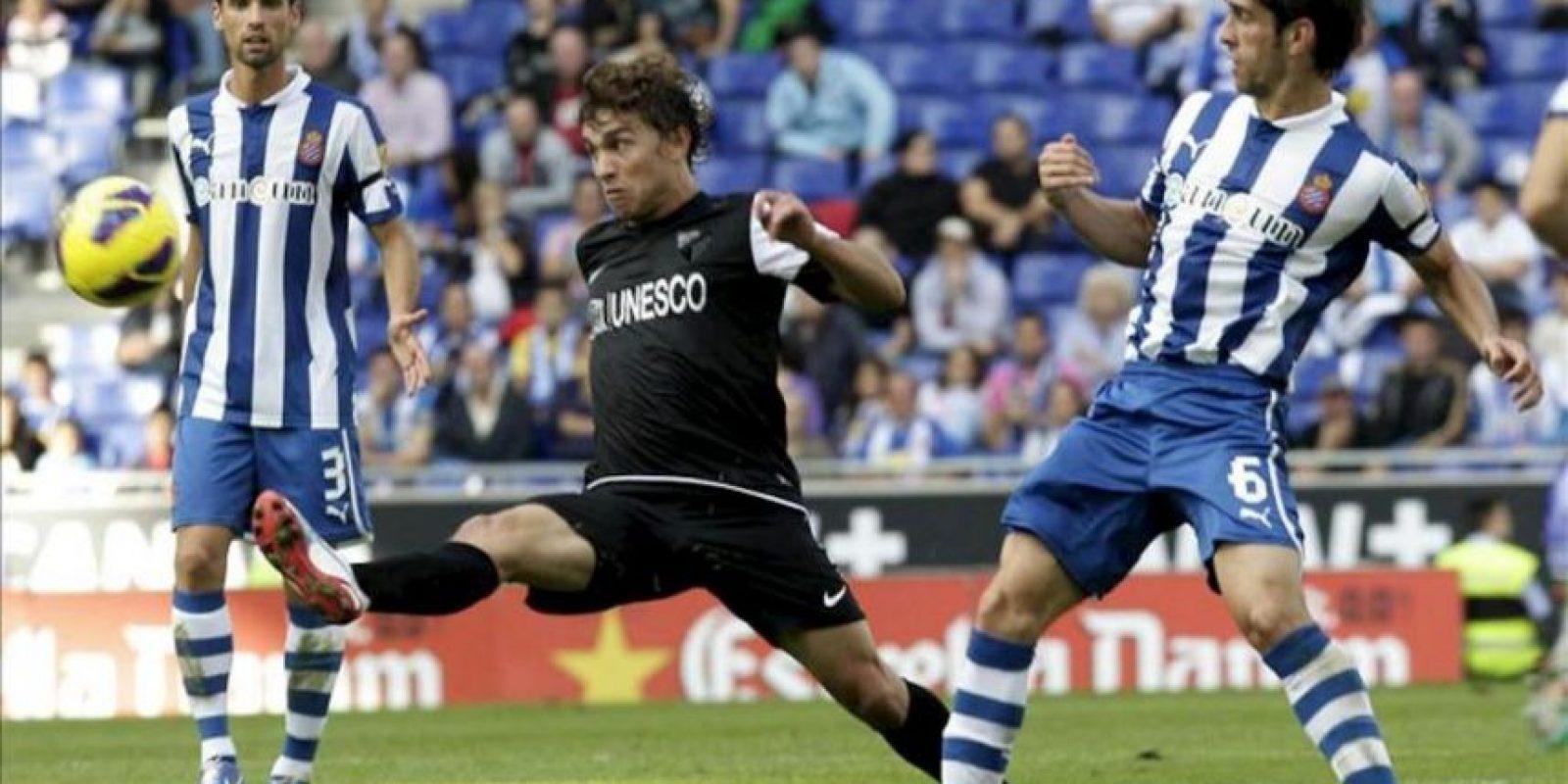 El centrocampista argentino del Espanyol Juan Daniel Forlín (d) presiona al centrocampista chileno del Málaga Manuel Iturra (c), durante el partido correspondiente a la novena jornada de la Liga de Primera División disputado en el estadio Cornellà-El Prat. EFE