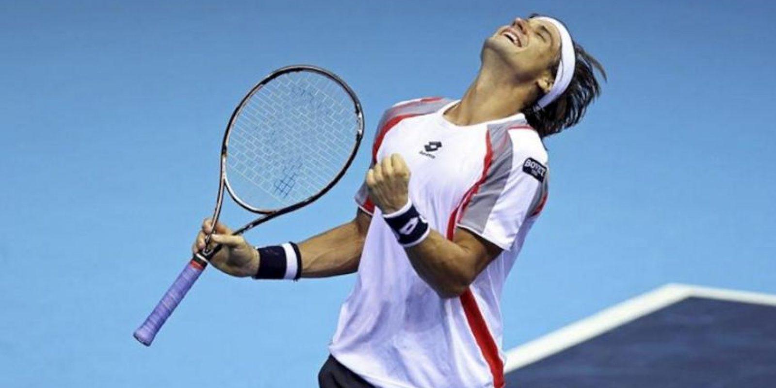 El tenista David Ferrer celebra su victoria ante el croata Ivan Dodig en la primera semifinal del Valencia Open 500 disputada esta tarde en la pista central del Ágora de la Ciudad de las Ciencias de Valencia. Ferrer venció por 6-4, 6-7(5) y 6-1. EFE