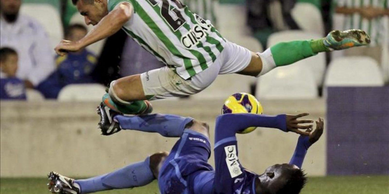 El delantero del Real Betis, Rubén Castro (i) lucha un balón con el defensa francés del Valencia Aly Cissokho (d), durante el partido de la novena jornada de Liga de Primera División disputado en el estadio Benito Villamarín de Sevilla. EFE