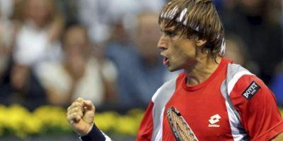 El tenista David Ferrer celebra un punto durante la primera semifinal del Valencia Open 500 disputada ante el croata Ivan Dodig esta tarde en la pista central del Ágora de la Ciudad de las Ciencias de Valencia. Ferrer venció por 6-4, 6-7(5) y 6-1. EFE
