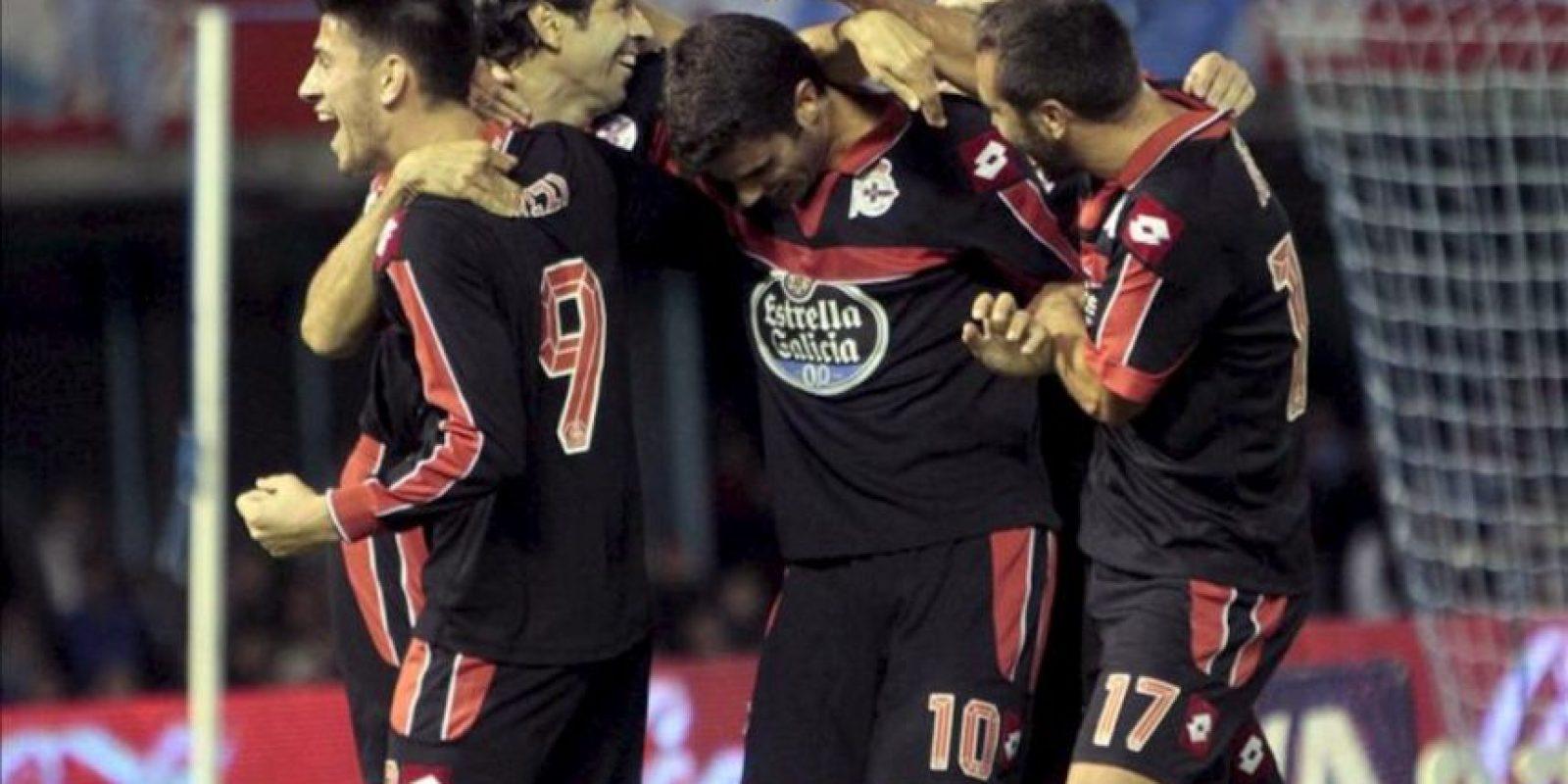 Los jugadores del Deportivo celebran el primer gol de su equipo, materializado por el centrocampista Juan Domínguez (c), durante el partido frente al Celta correspondiente a la novena jornada de la Liga de Primera División disputado en el estadio de Balaídos en Vigo. EFE