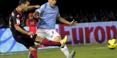 El defensa del Celta Hugo Mallo (d) lucha la pelota con el centrocampista portugués del Deportivo Bruno Gama (i), durante el partido correspondiente a la novena jornada de la Liga de Primera División disputado en el estadio de Balaídos en Vigo. EFE