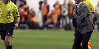 El árbitro del colegio vasco Pérez Lasa (i) expulsa del terreno de juego al entrenador del Rayo Vallecano Paco Jémez (d), durante el partido frente al Barcelona correspondiente a la novena jornada de la Liga de Primera División disputado en el estadio de Vallecas de Madrid. EFE