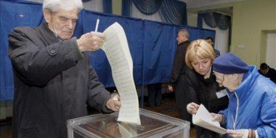 Varios ciudadanos se disponen a votar en un colegio electoral de Kiev. EFE