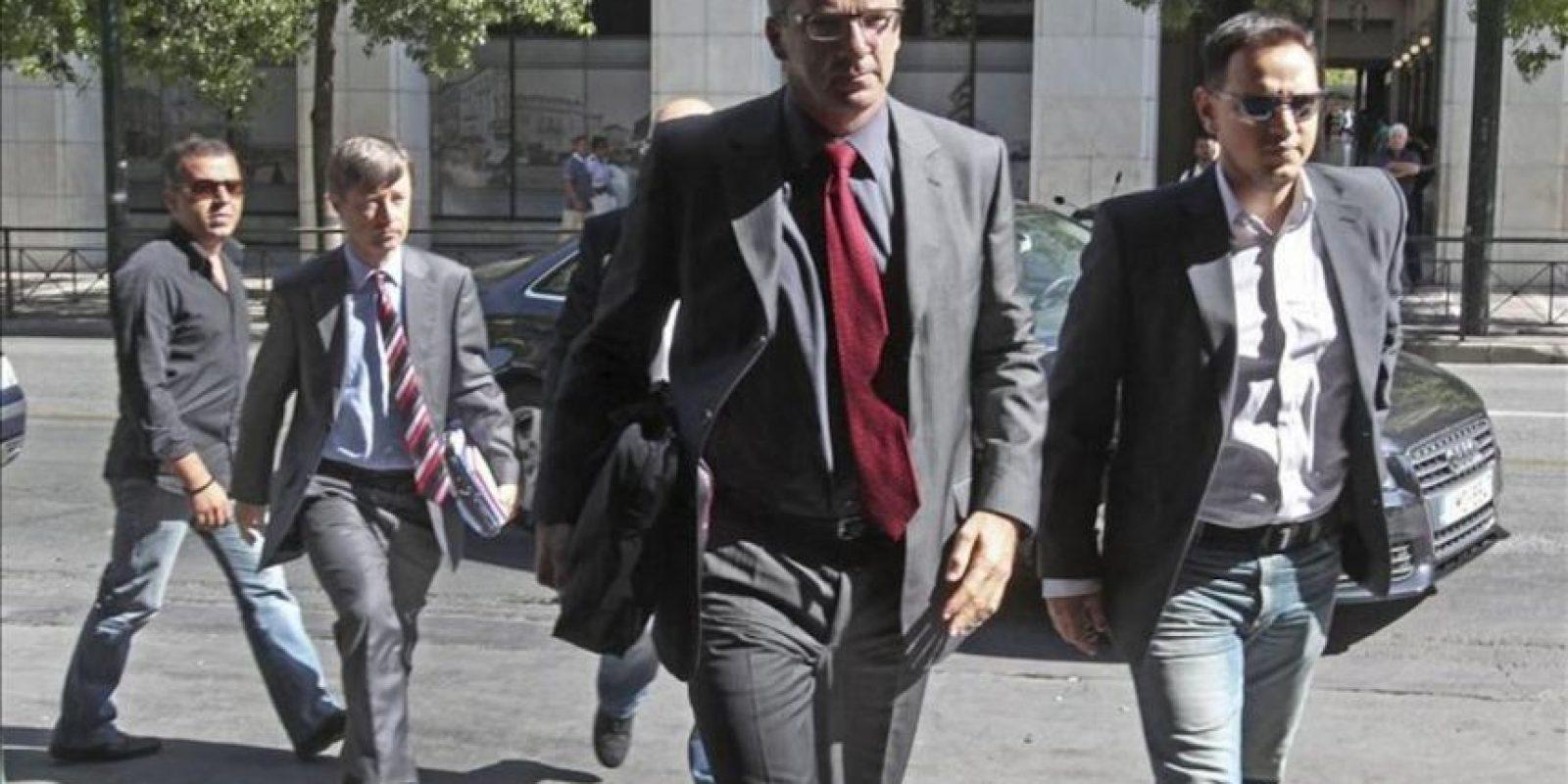 El representante de la Comisión Europea, Matthias Mors (2i) y el del Banco Central Europeo Klaus Masuch (c) a su llegada a la sede del ministerio de Empleo en Atenas, el pasado 2 de octubre. EFE/Archivo