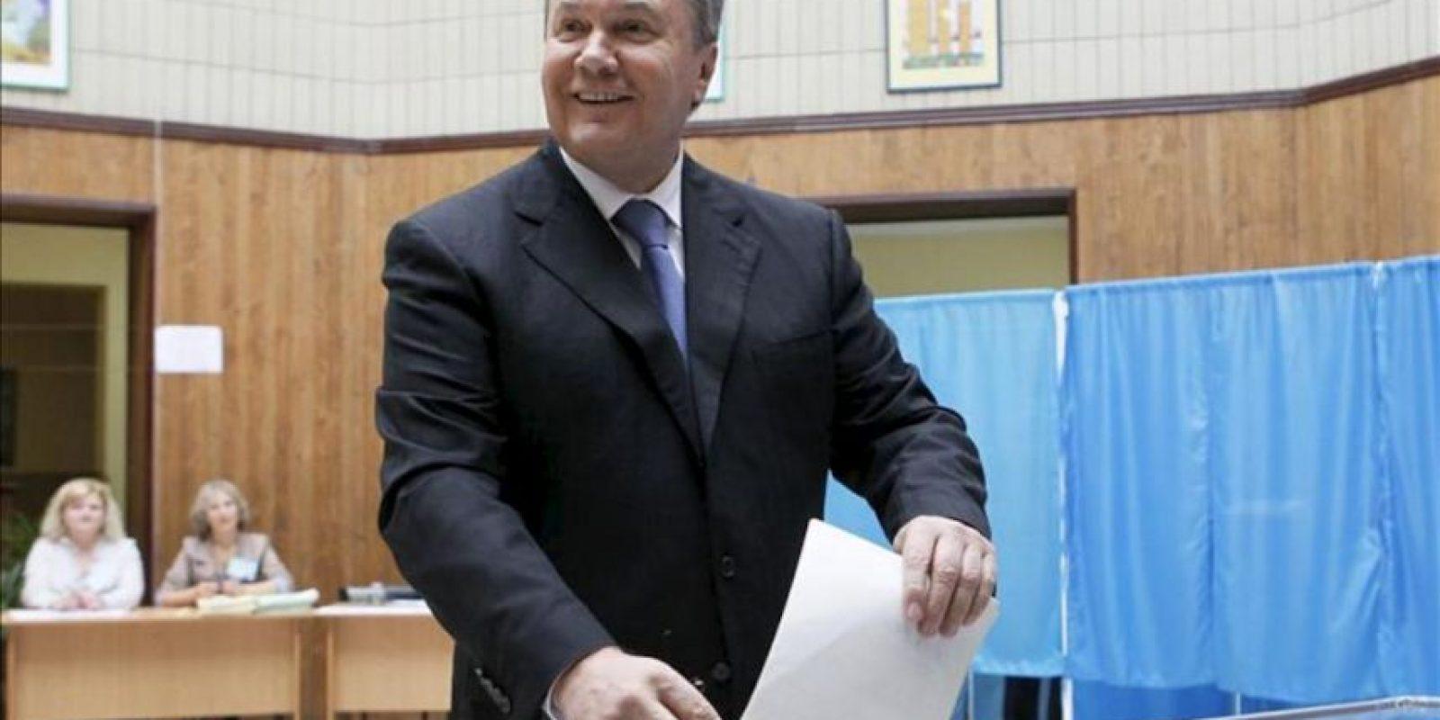 El presidente ucraniano, Viktor Yanukovych, sonrie al depositar su voto en un colegio electoral en Kiev. EFE