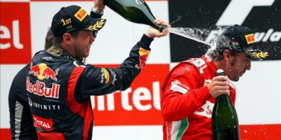 Sebastian Vettel (i) junto a Fernando Alonso en el podio tras haber ganado el Gran Premio de Fórmula Uno de la India. EFE