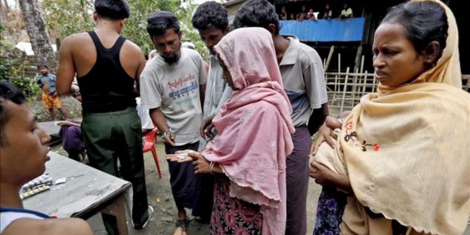 Musulmanes reciben asistencia médica en Minbya, al oeste de Birmania. EFE