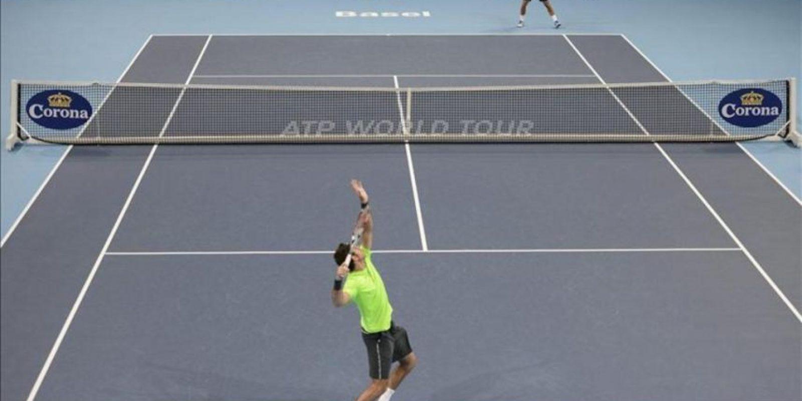 Juan Martin Del Potro saca frente al suizo Roger Federer en Basilea. EFE/Archivo