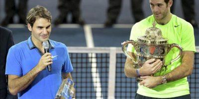Roger Federer felicita al ganador del torneo de Basilea Juan Martin Del Potro. EFE