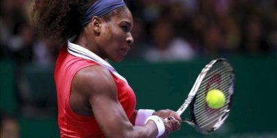 Serena Williams devuele la bola a Maria Sharapova en la final del masters WTA Championships de tenis. EFE