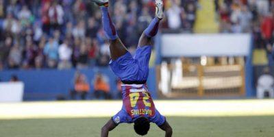 El delantero nigeriano del Levante Martins Obafemi celebra su gol, el primero de su equipo, frente al Granada durante el partido correspondiente a la novena jornada de la Liga de Primera División disputado en el estadio Ciutat de València. EFE