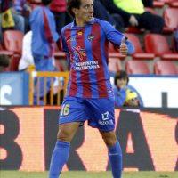 El centrocampista del Levante Pedro Ríos celebra su gol, el tercero de su equipo, junto a sus compañeros durante el partido frente al Granada correspondiente a la novena jornada de la Liga de Primera División disputado en el estadio Ciutat de València. EFE