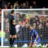 Fernando Torres es expulsado por el árbitro Mark Clattenburg en Stamford Bridge. EFE