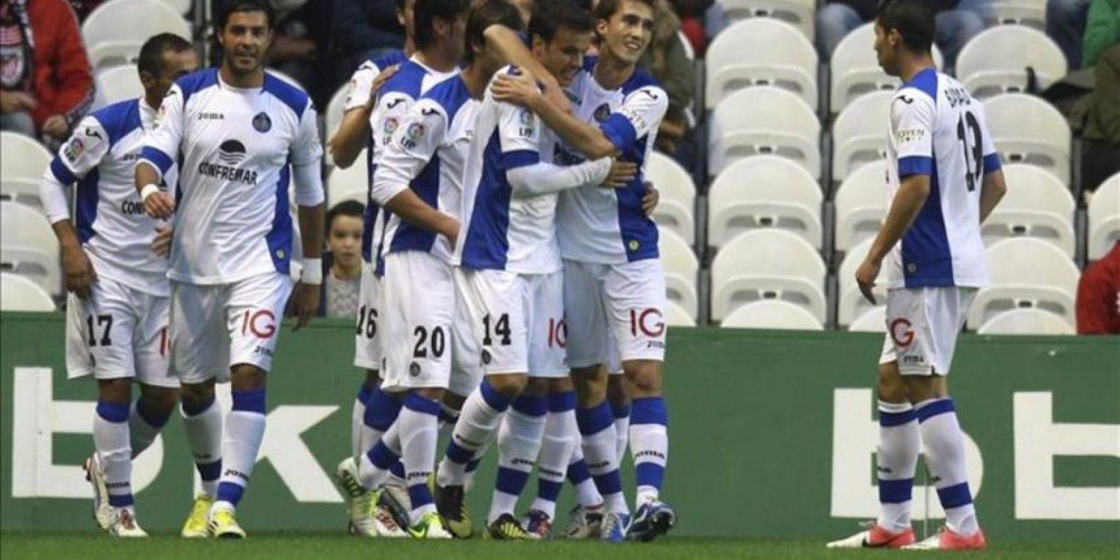 Los jugadores del Getafe celebran el primero gol del equipo marcado por el centrocampista Juan Rodríguez ante el Athletic de Bilbao durante el partido correspondiente a la novena jornada de Liga de Primera División en el estadio en San Mamés. EFE