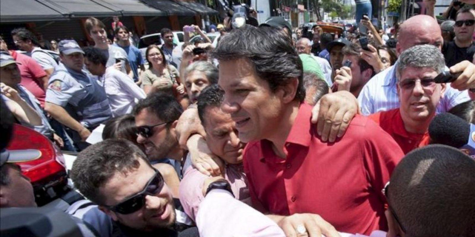 El exministro de Educación Fernando Haddad (c), del Partido de los Trabajadores (PT), candidato a la alcaldía de Sao Paulo tras emitir su voto, en un colegio electoral en Sao Paulo, durante la segunda vuelta de la jornada de elecciones municipales en Brasil. EFE