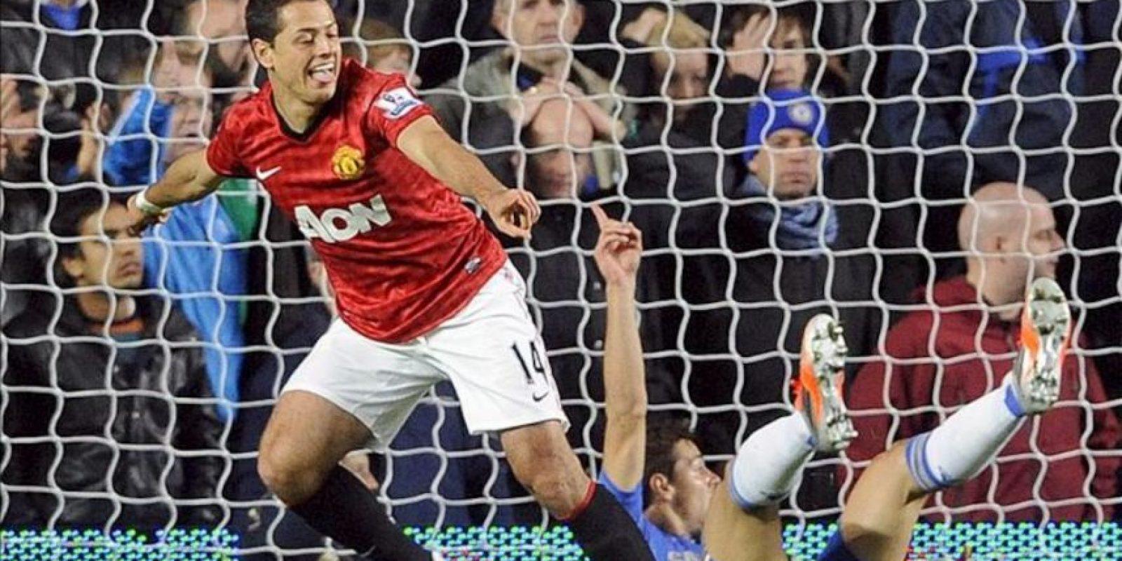 Javier 'Chicharito' Hernandez (2 i) is congratulated es felicitado por sus compañeros tras lograr el gol del triunfo ante el Chelsea en Stamford Bridge. EFE