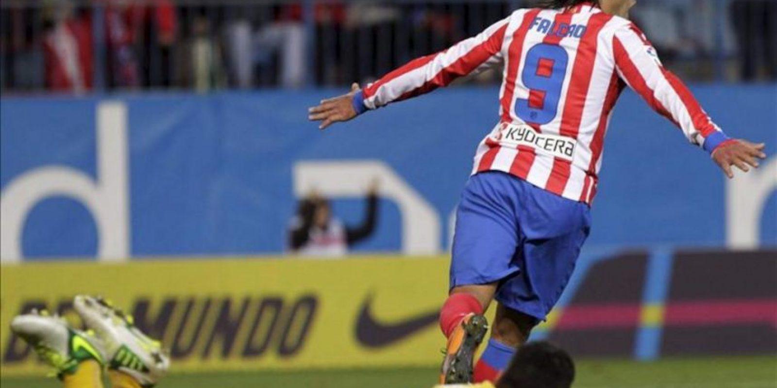 El delantero colombiano del Atlético de Madrid Radamel Falcao García (d) celebra el gol que ha marcado ante el Osasuna, el tercero del equipo, durante el partido correspondiente a la novena jornada de la Liga disputado en el estadio Vicente Calderón de Madrid. EFE